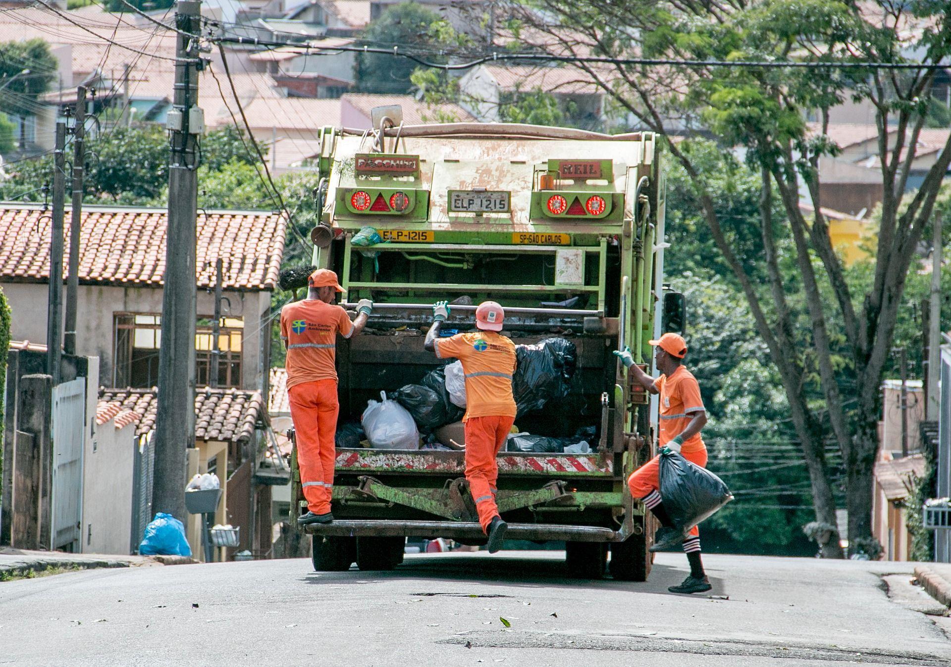 O servico de coleta de lixo é explicado dentro do maior portal sobre resíduos em língua portuguesa. portalresiduossolidos.com