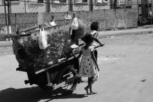 catadores em compra e venda de recicláveis